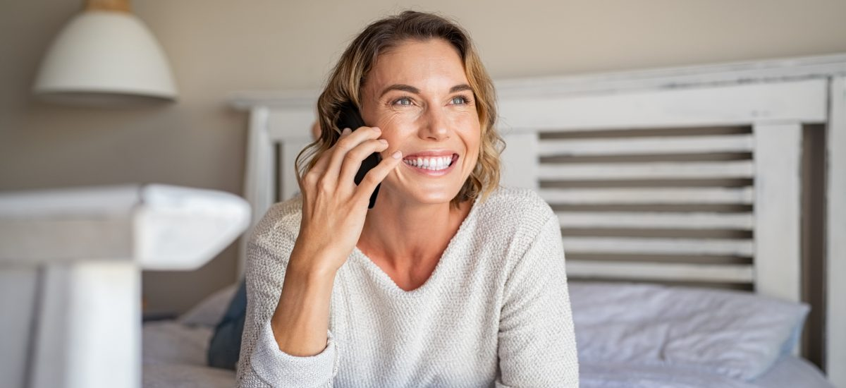 Šťastná telefonujúca žena