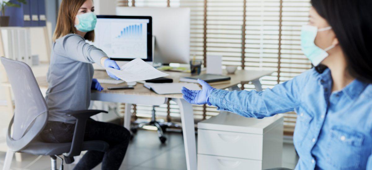 kolegyne v práci s rúškami