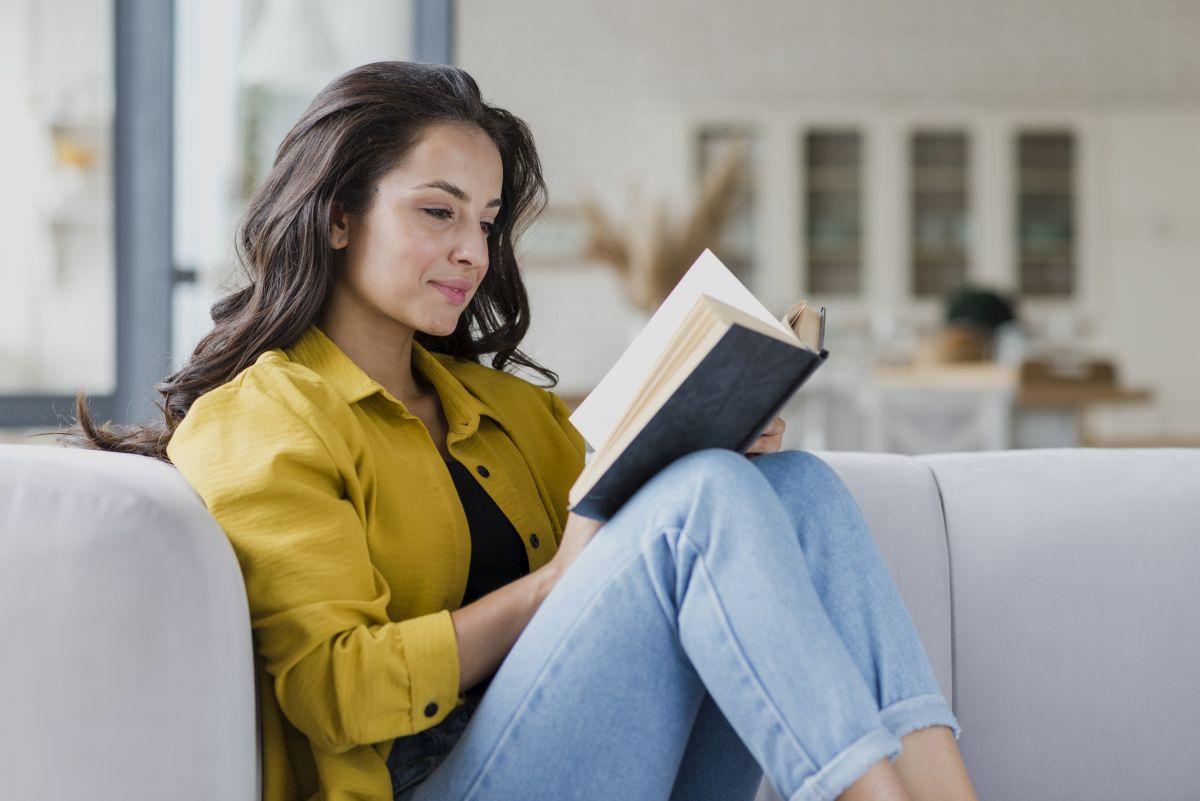 dievča číta