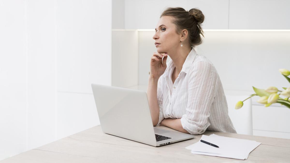 žena premýšľa nad počítačom