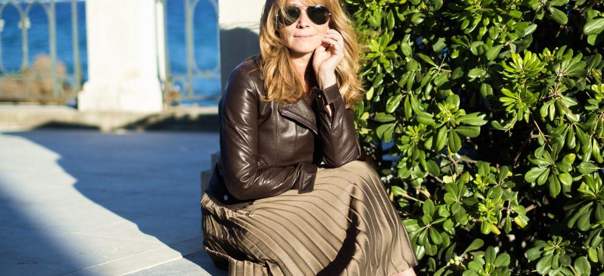 Atraktívna žena v sukni sediaca na schodoch