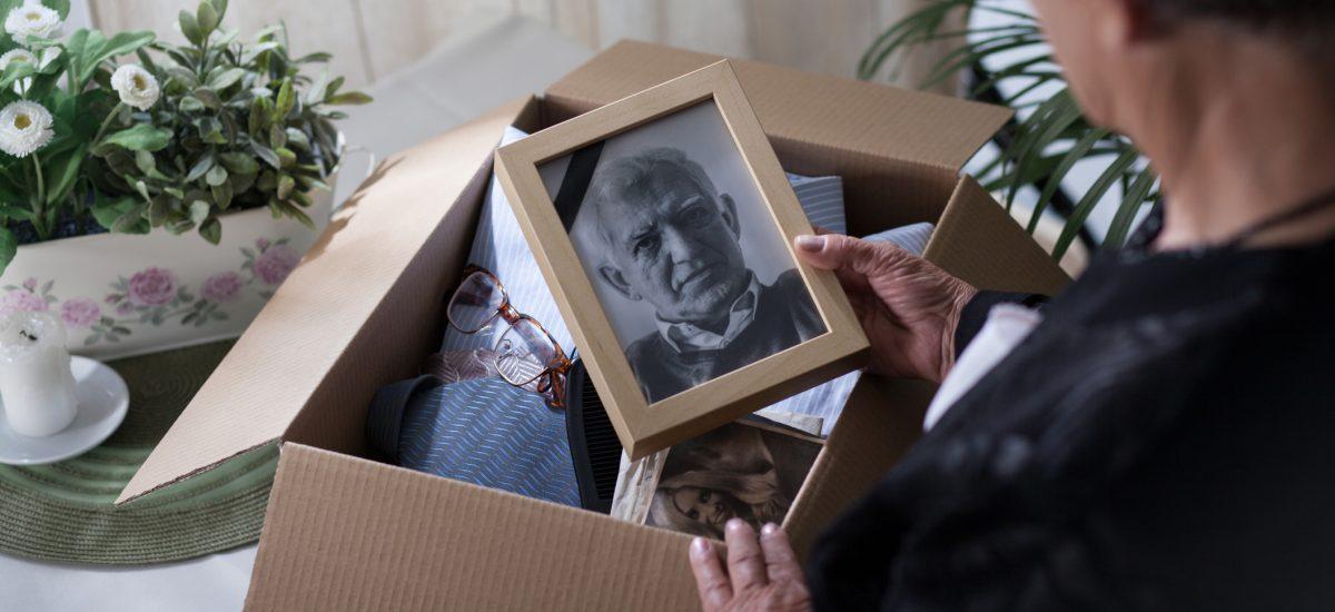 Žena pozerá na foto zosnulého manžela
