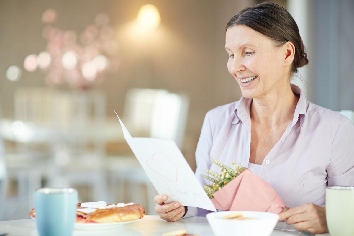 žena číta blahoželanie