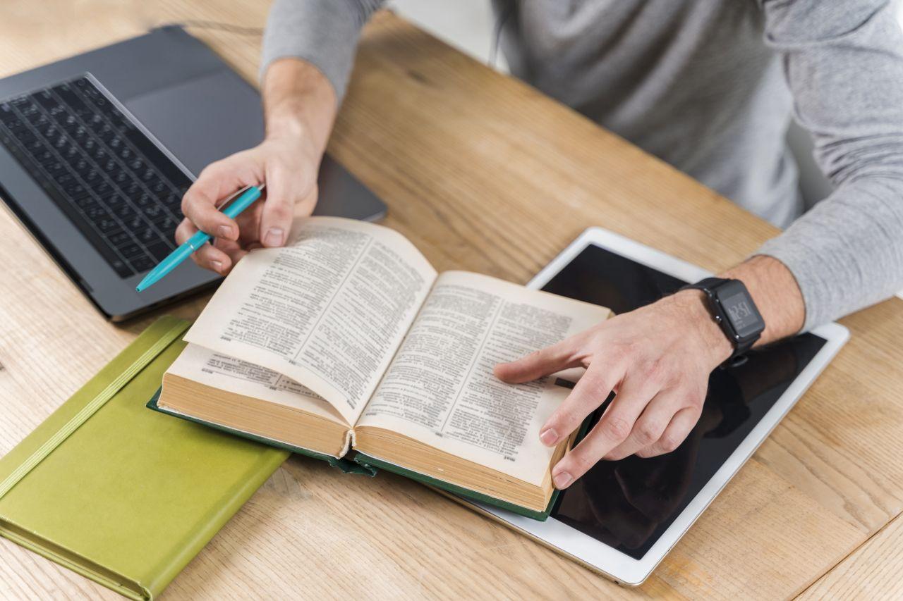 muž so slovníkom