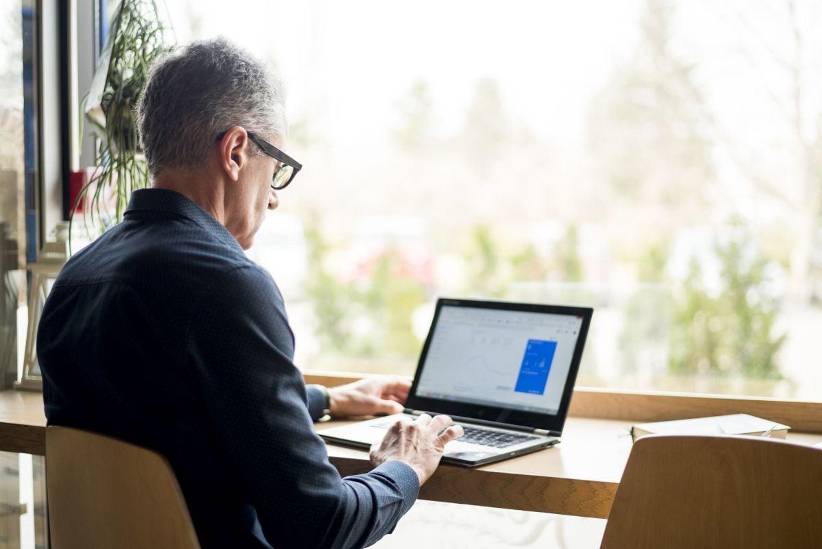 starší muž za počítačom