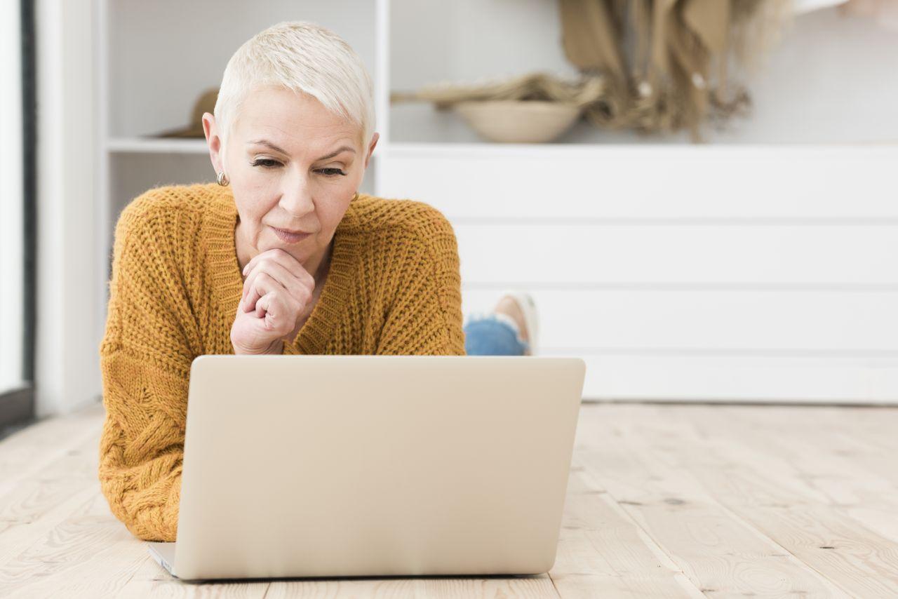 zrelá žena za počítačom
