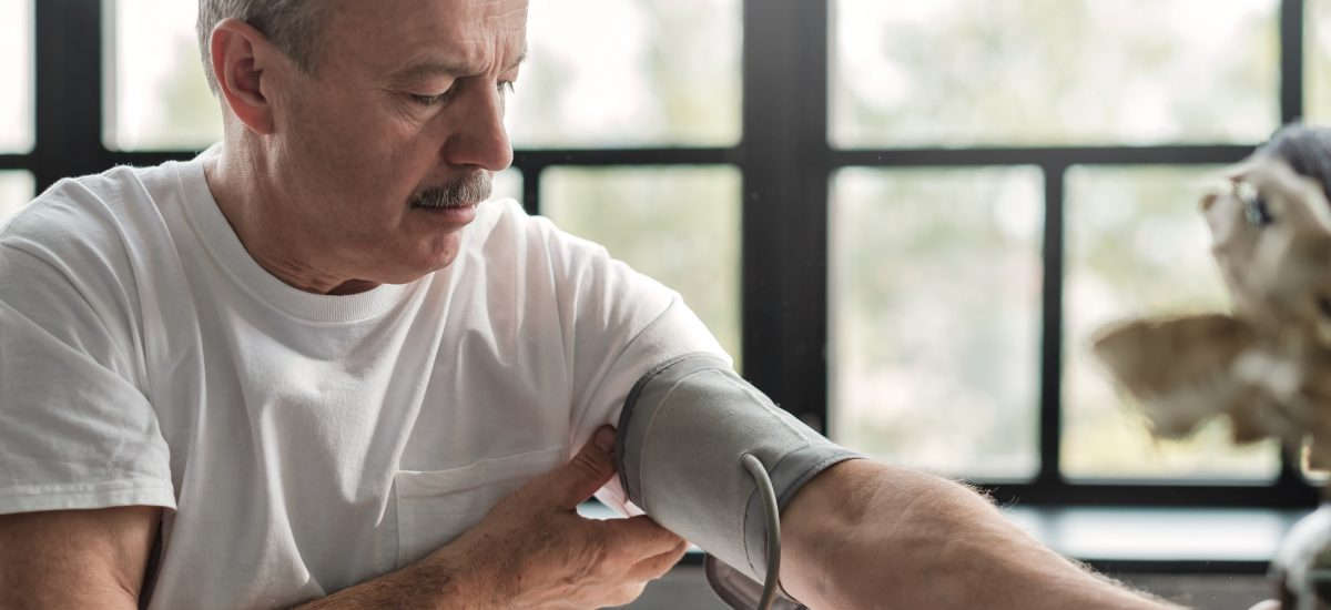 Muž merajúci si tlak