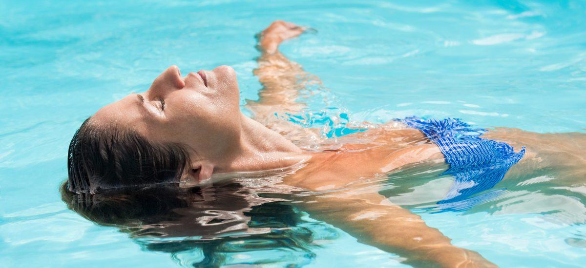 žena v bazéne