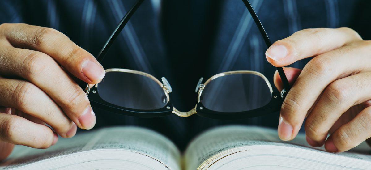 muž číta knihu