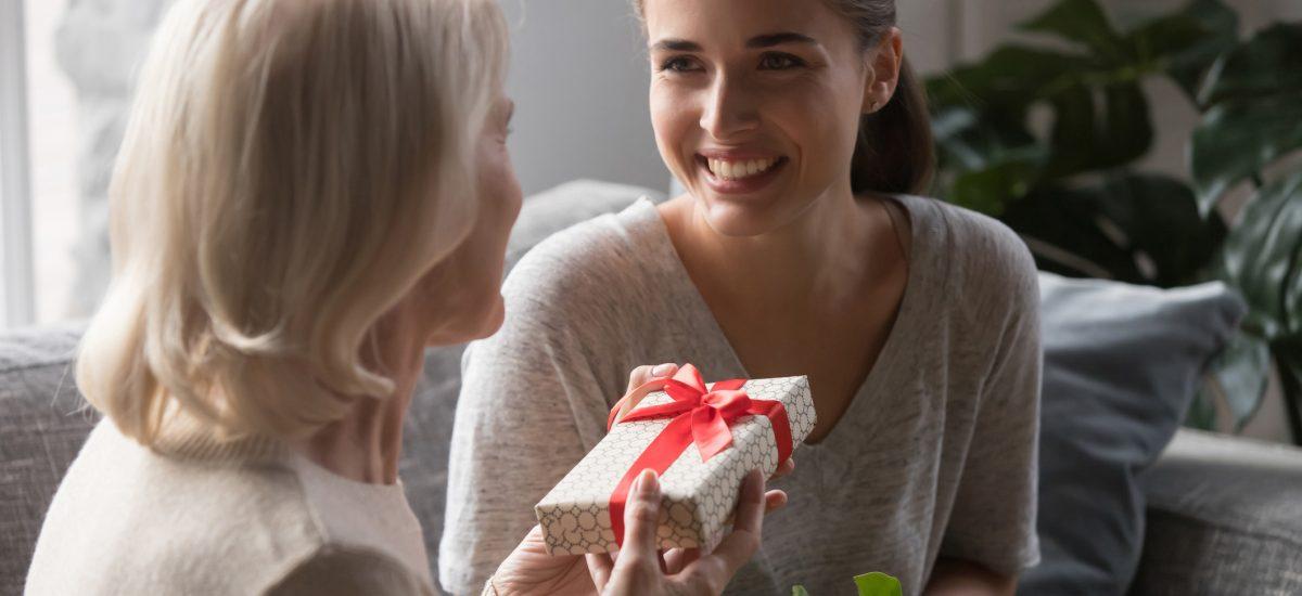 Dcéra dáva mame darček