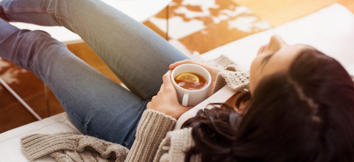 Žena s hrnčekom čaju