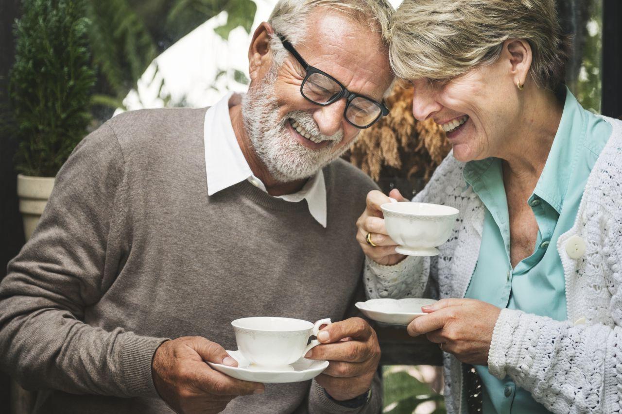 starší pár pije čaj