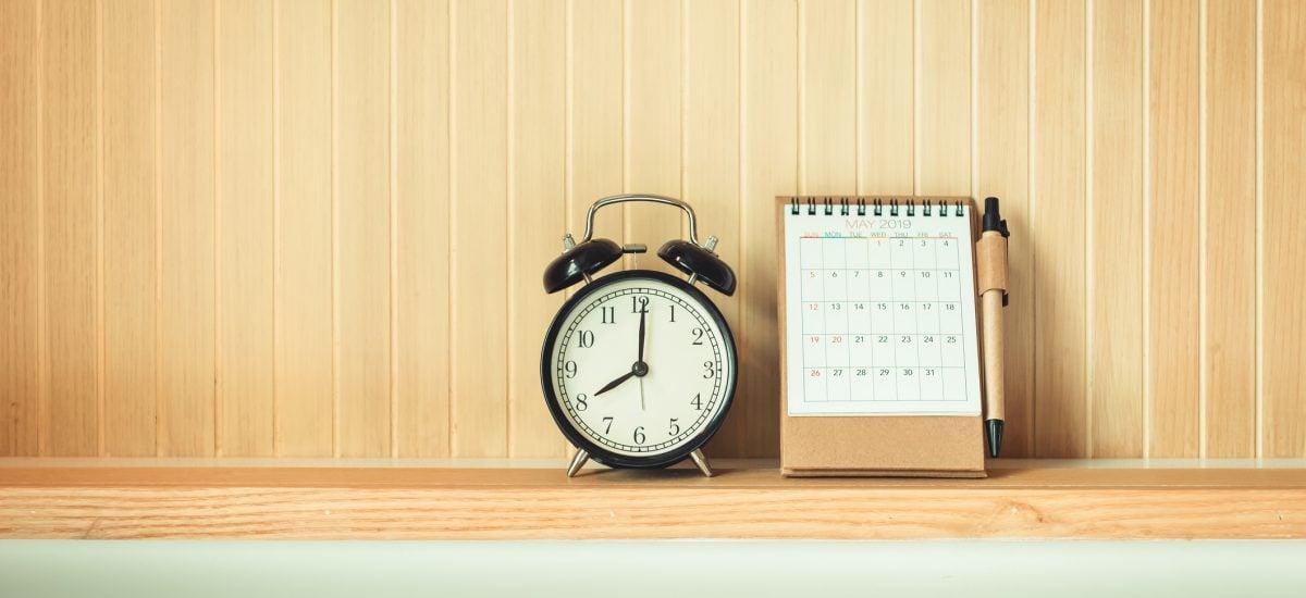 Budík s kalendárom