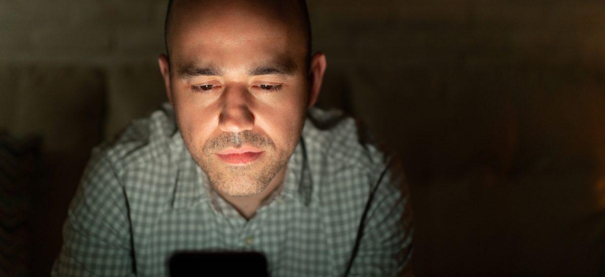 Muž s mobilom