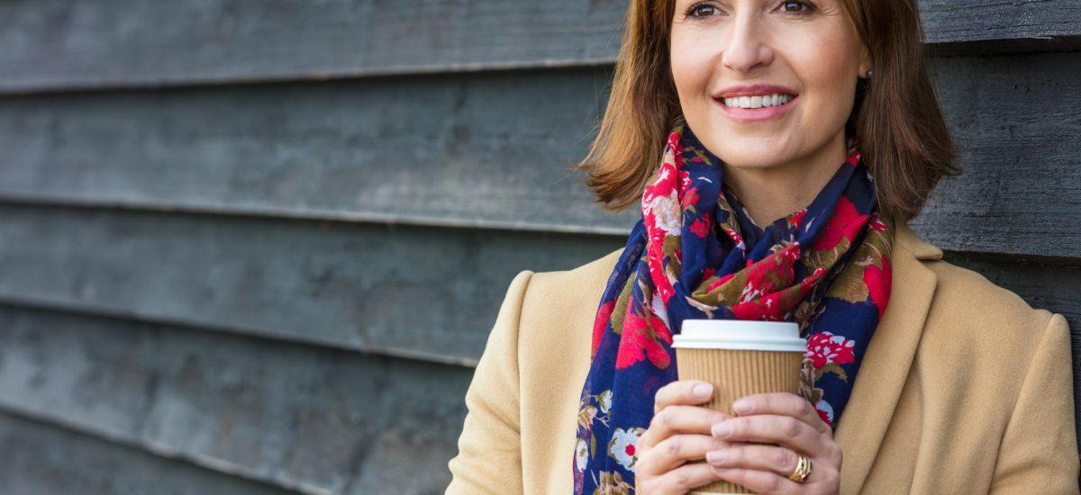 Šťastná žena s kávou