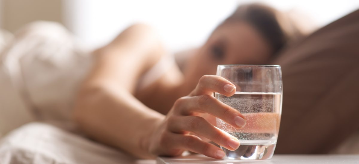 Žena s pohárom vody