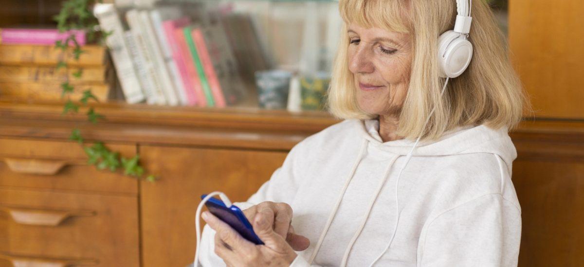 staršia žena počúvajúca hudbu