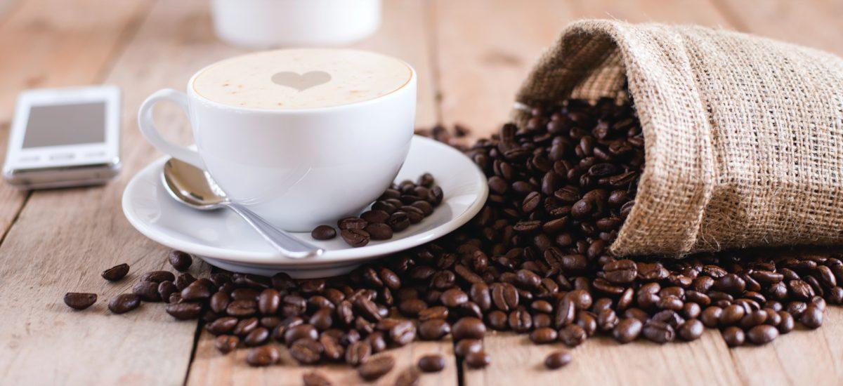 Šálka kávy a kávové zrnká