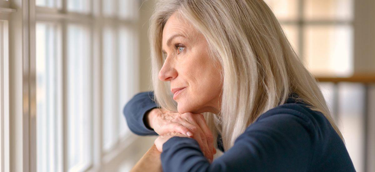 žena pozerajúca z okna