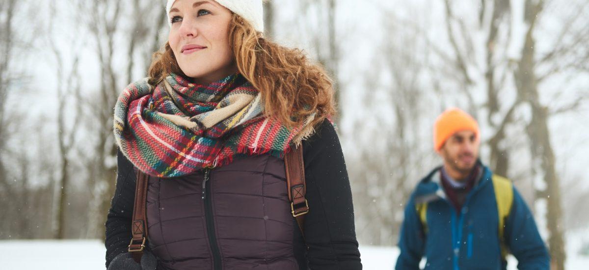 Pár na prechádzke v zime