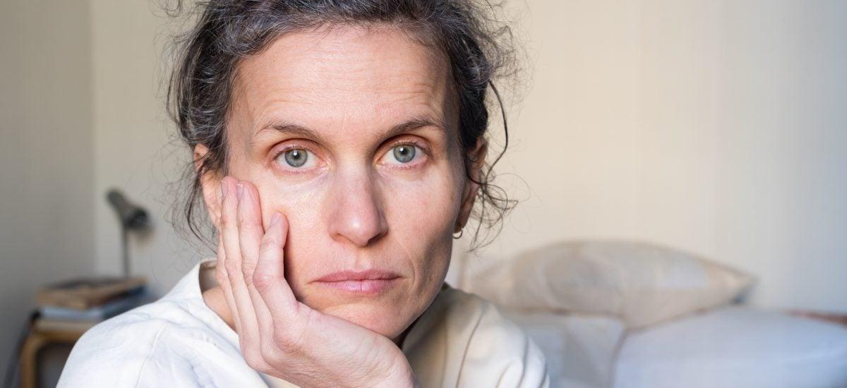 Zamyslená žena v strednom veku