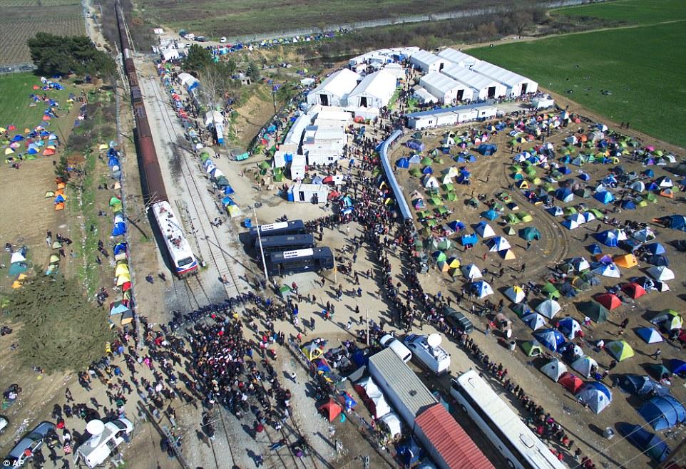 Utečenecký tábor, Grécko - BBC