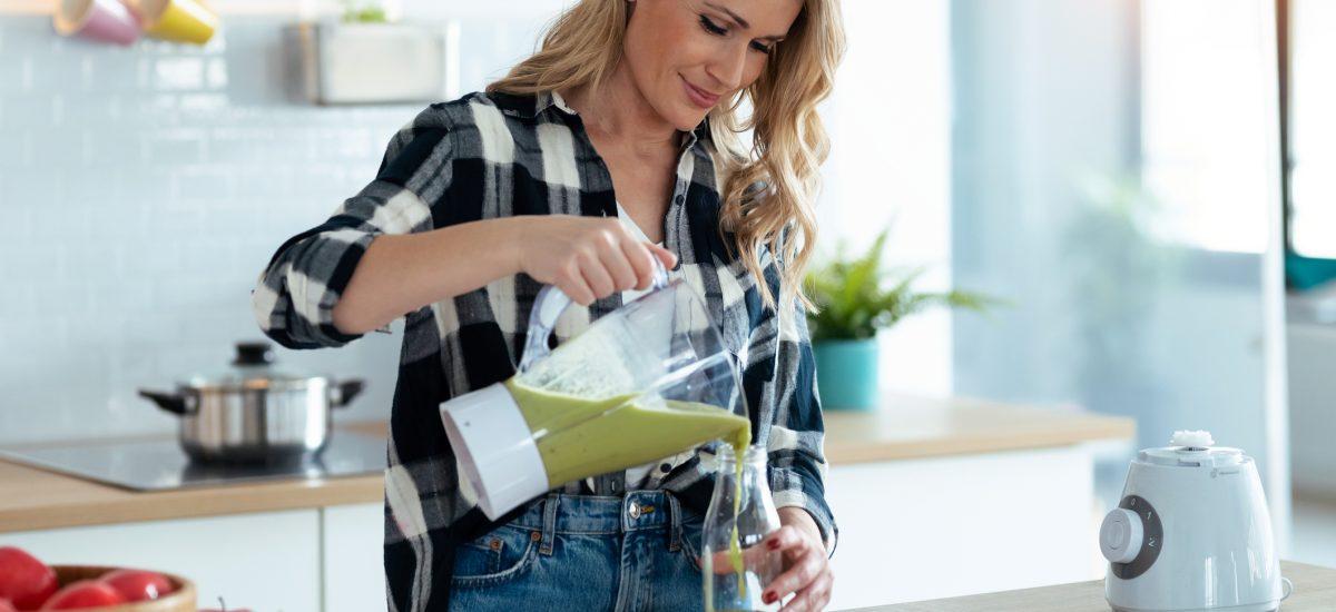 Žena nalievajúca detoxikačný drink