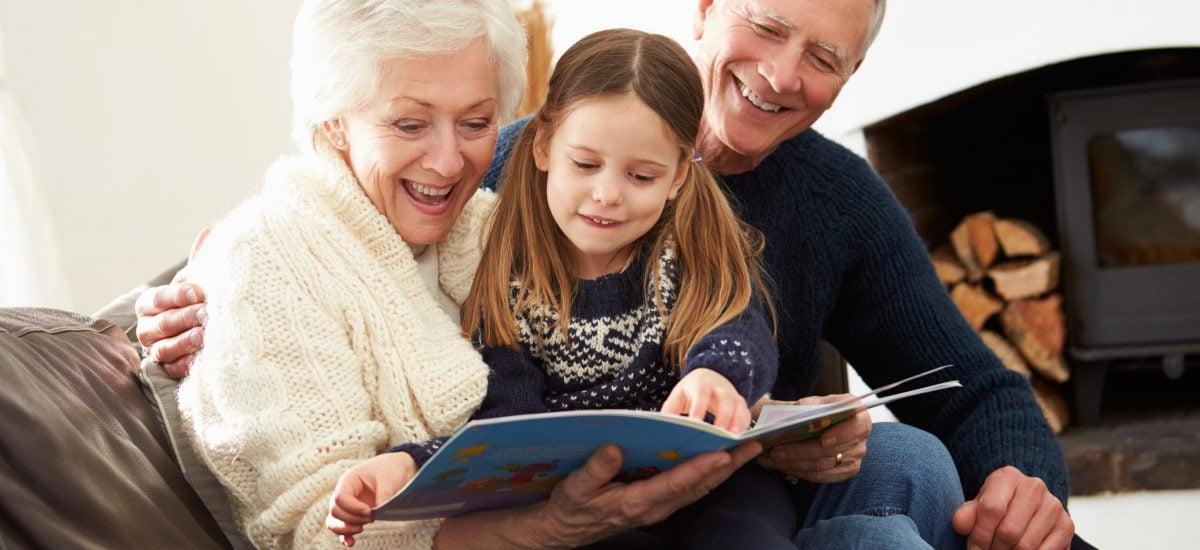 Rodina čítajúca časopis