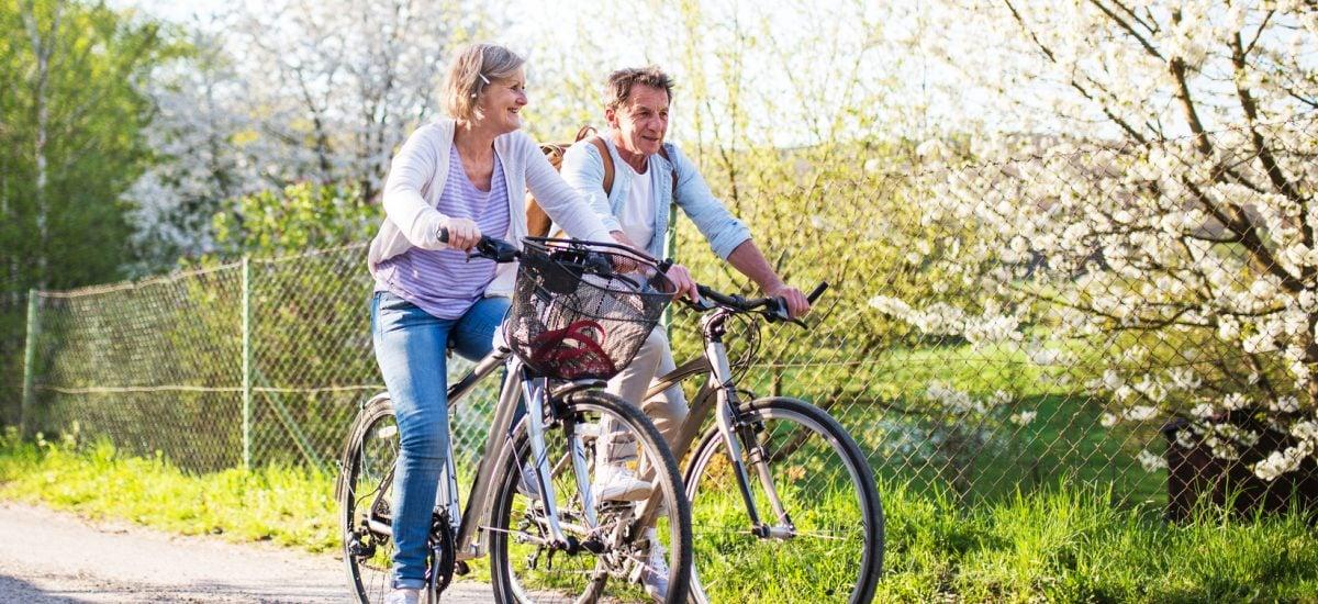 seniori na bicykloch