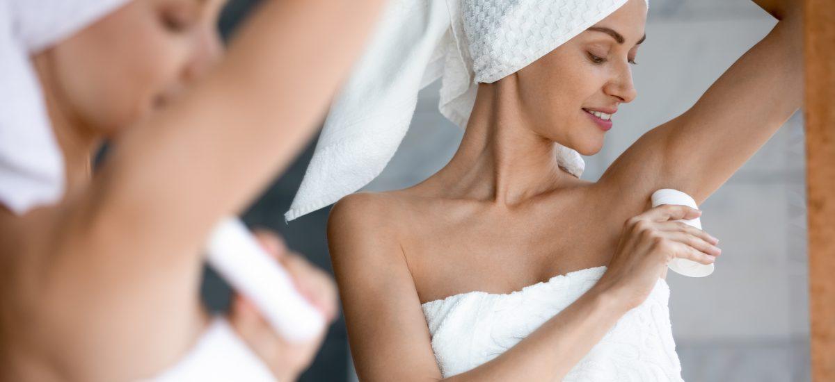 Žena používa antiperspirant