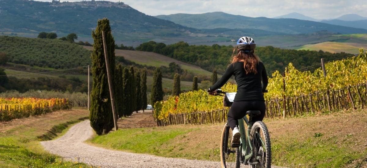žena na bicykli v prírode