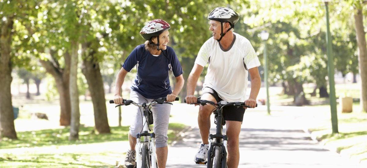 pár v strednom veku na bicykloch