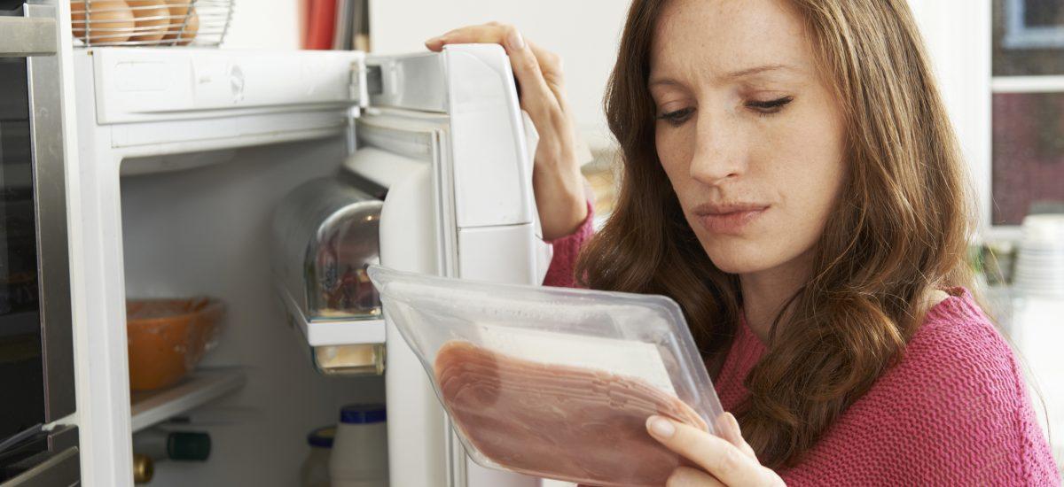 Žena so šunkou z chladničky