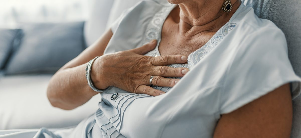 vysoký tlak, staršia žena sa drží za srdce