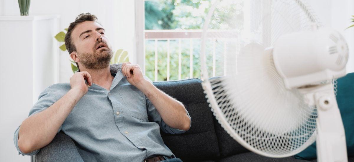 muž pred ventilátorom
