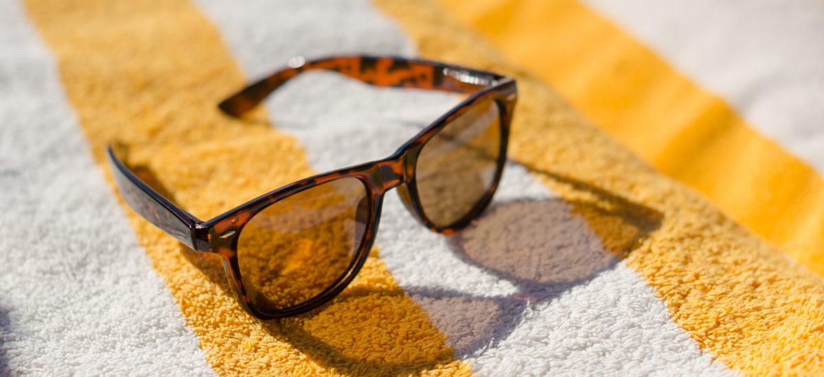 slnečné okuliare na uteráku