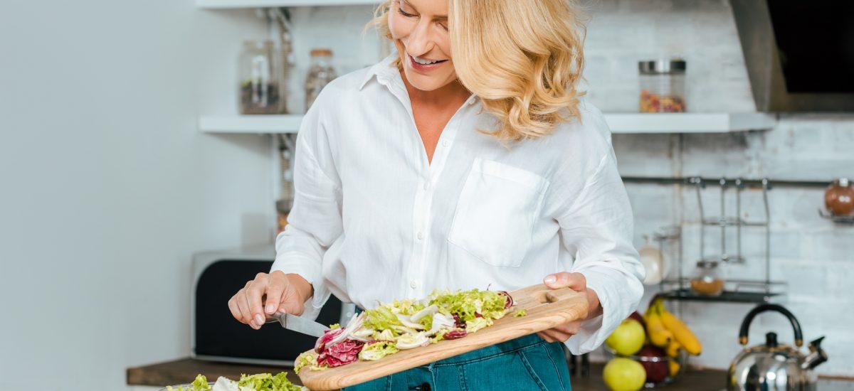 eliminačná diéta žena krája zeleninu na šalát