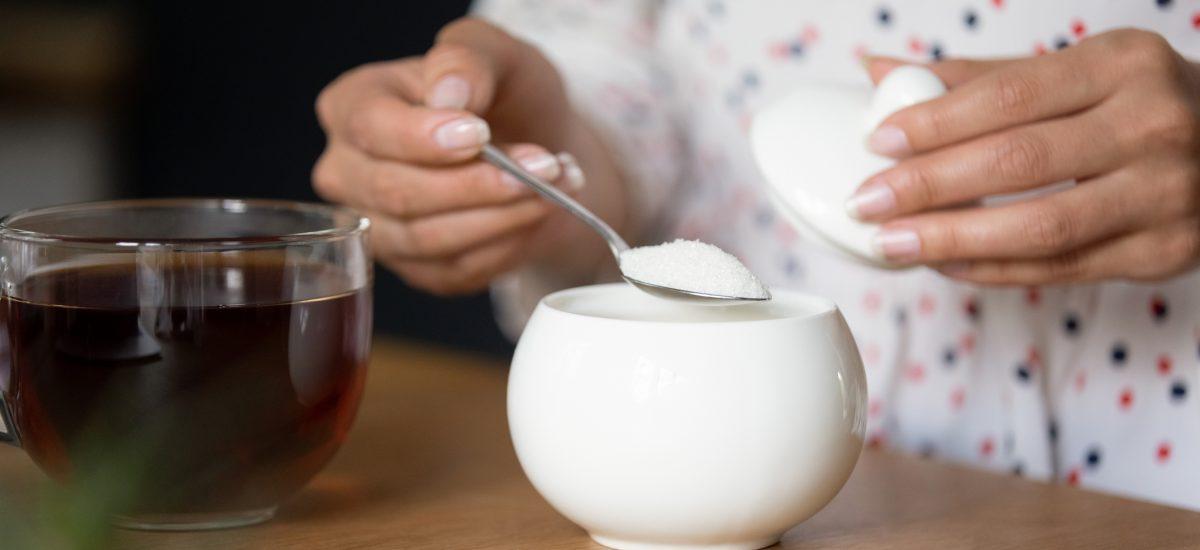 pridávanie cukru do čaju