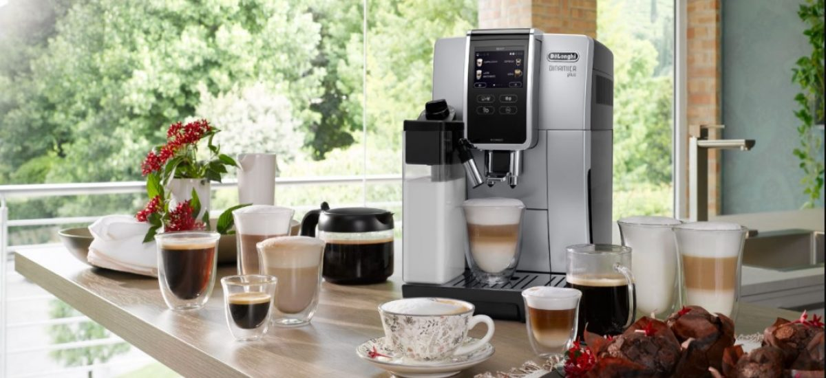 Rôzne druhy kávy a kávovar DeLonghi Dinamica Plus ECAM 370.85.SB v kuchyni.
