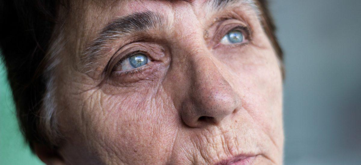 oči staršej ženy