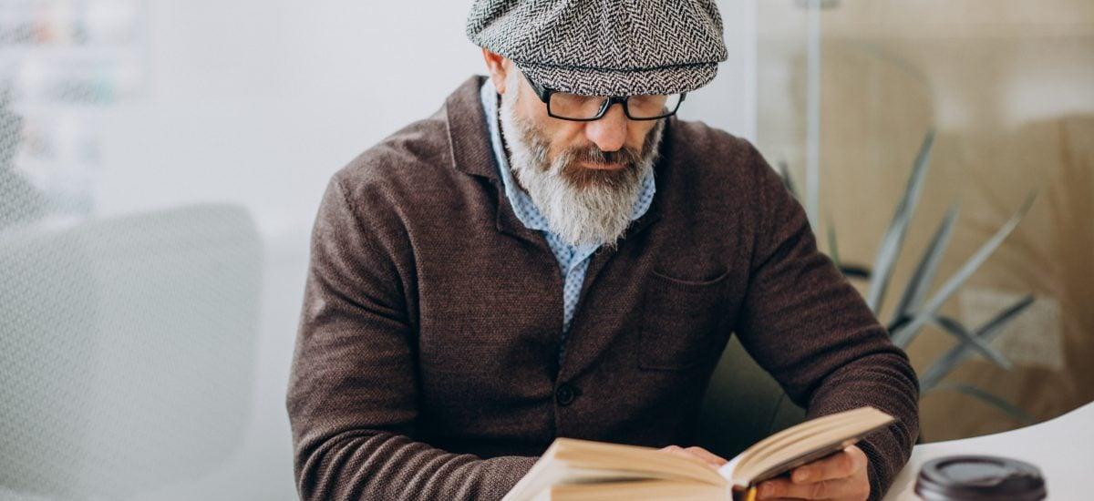 Starší muž číta knihu