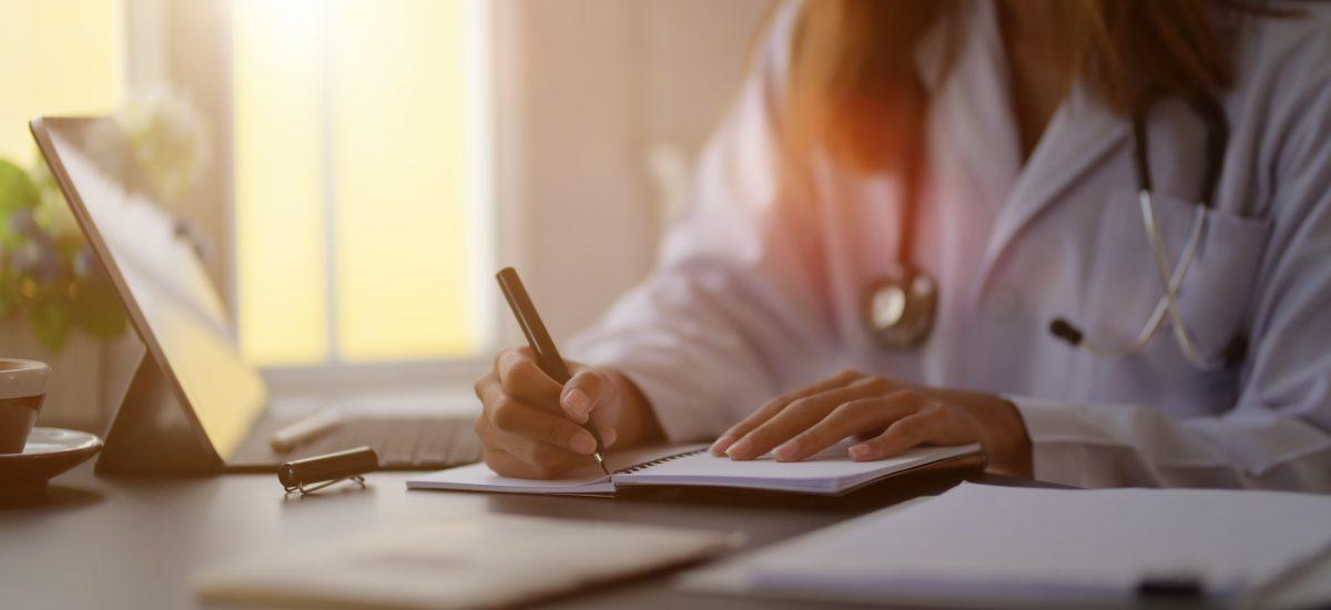 Doktorka vypisuje papiere.
