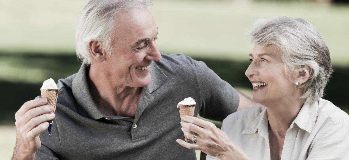 Starší pár si vychutnáva zmrzlinu