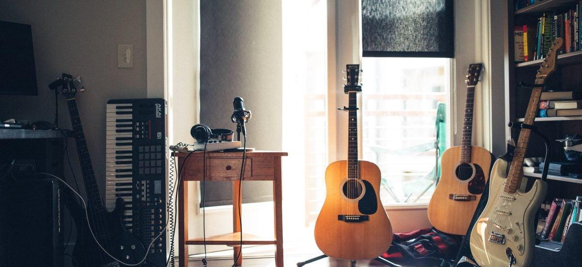 slovenské piesne miestnosť s hudobnými nástrojmi