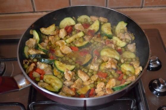 Kuracie prsia na zelenine s mozarellou sú rychlo hotové a zachutia každému