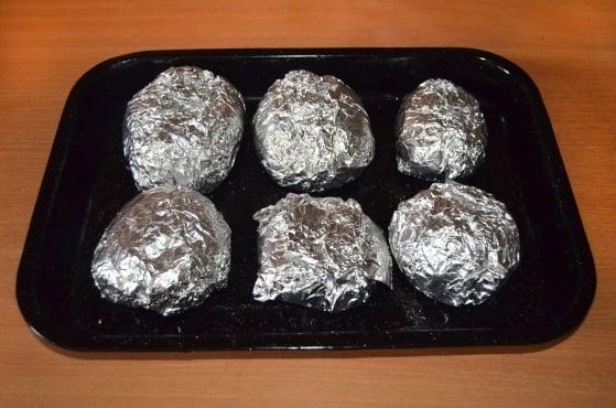 Pečené zemiaky jednoducho a rýchlo naplníte tým, čo vám práve zostáva v chladničke.