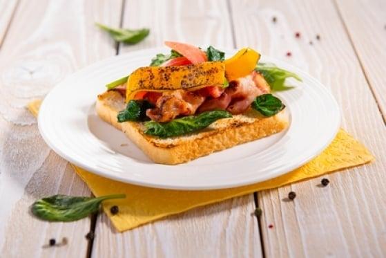 Toastový chlieb so slaninou a špenátom